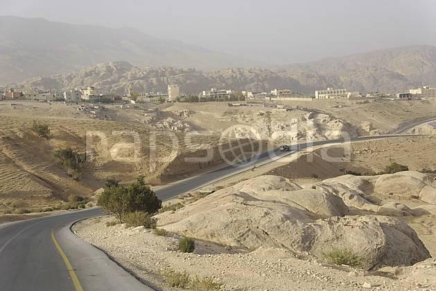 ee070938LE : Route près de Petra.  Moyen Orient, ville, village, C02 désert, environnement, habitation, paysage, transport, voyage aventure (Jordanie).