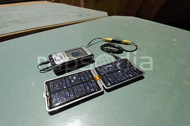 ee071182LE : Téléphone cellulaire et chargeur solaire.  Moyen Orient, C02 environnement, matériel, style de vie, voyage aventure (Jordanie).