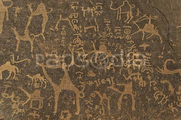 ee071205LE : Pétroglyphes dans le désert du Wadi Rum.  Moyen Orient, dessin, rupestre, dromadaire, C02 désert, environnement, patrimoine, voyage aventure (Jordanie).