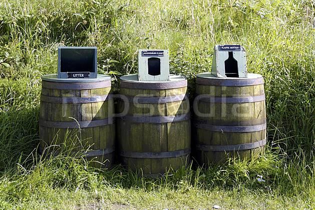 ee071892LE : Poubelles, tri des déchets, Giant's Causeway (Chaussée des Géants), Ulster (Irlande du Nord).  Europe, CEE, tonneau, C02 environnement, voyage aventure (Irlande Royaume-Uni).