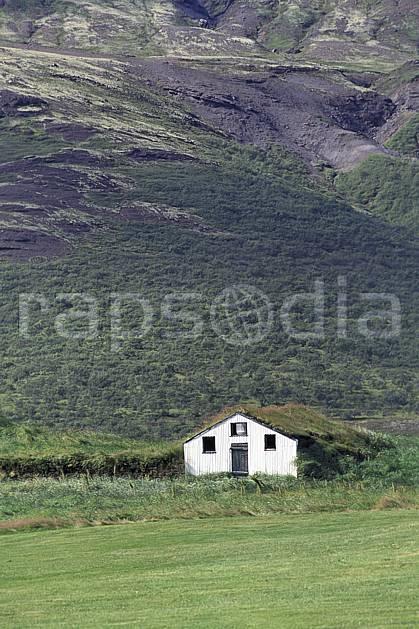ee1040-05LE : Vieille maison traditionnelle.  ONU, OTAN, herbe, C02, C01 environnement, habitation, voyage aventure (Islande).