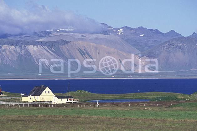 ee1042-17LE : Ferme.  ONU, OTAN, littoral, ciel bleu, herbe, C02, C01 environnement, habitation, paysage, voyage aventure, mer (Islande).