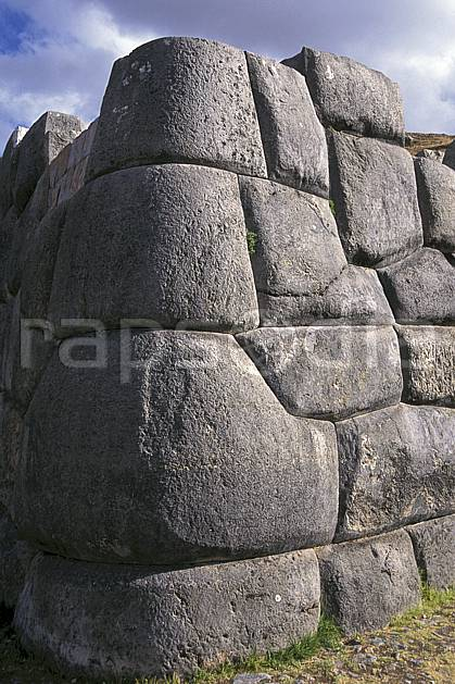 ee1202-05LE : Mur Inca, Cuzco.  Amérique du sud, Amérique Latine, ciel nuageux, folklore, temple, tradition, C02, C01 environnement, patrimoine, voyage aventure (Pérou).