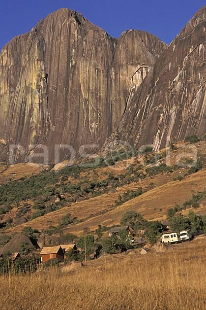 ee2244-16LE : Camp Catta, Andringitra.  Afrique, Afrique de l'est, ciel bleu, falaise, herbe, C02, C01 environnement, paysage, voyage aventure (Madagascar).
