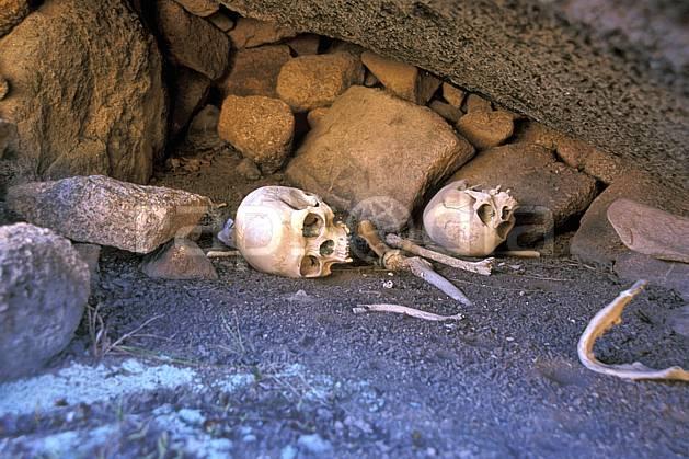 ee2245-12LE : Tombeau, Vallée de Tsaranoro, Andringitra.  Afrique, Afrique de l'est, squelette, C02, C01 environnement, voyage aventure (Madagascar).