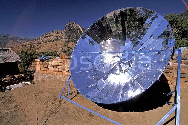 ee2247-07LE : Four solaire au Camp Catta, Andringitra.  Afrique, Afrique de l'est, ciel bleu, C02, C01 environnement, voyage aventure (Madagascar).