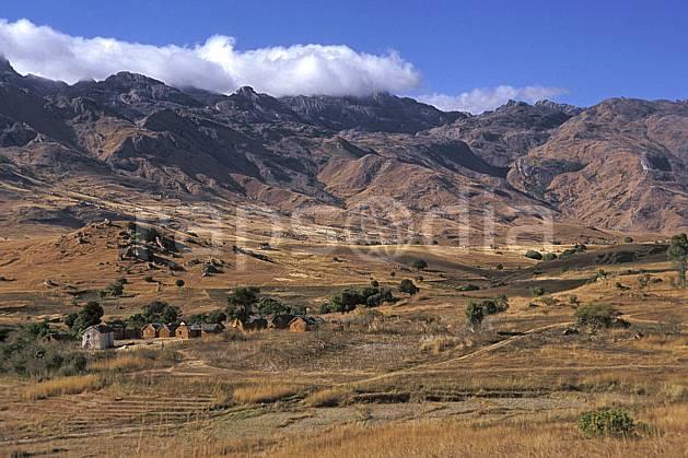 ee2249-22LE : Village, Andringitra.  Afrique, Afrique de l'est, ciel bleu, herbe, habitation, C02, C01 environnement, paysage, voyage aventure (Madagascar).