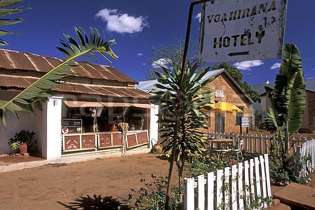 ee2279-24LE : Hotely.  Afrique, Afrique de l'est, ciel bleu, panneau, C02, C01 environnement, habitation, voyage aventure (Madagascar).
