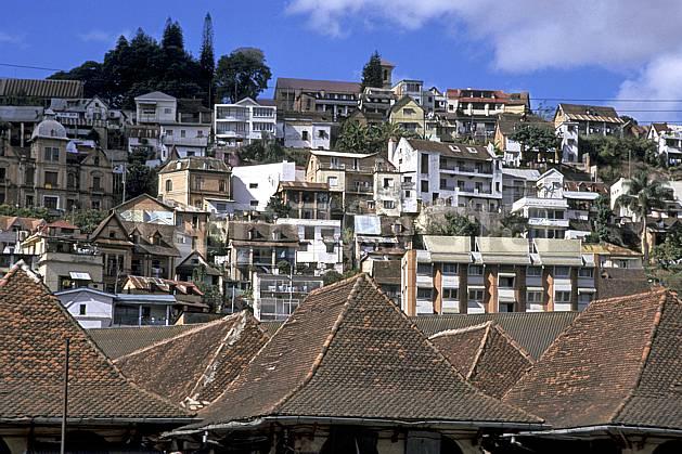ee2280-02LE : Ville de Tananarive.  Afrique, Afrique de l'est, ciel bleu, toit, C02, C01 environnement, habitation, voyage aventure (Madagascar).