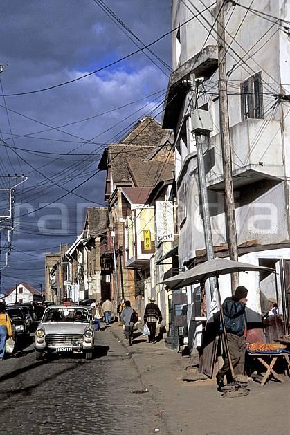 ee2280-11LE : Ville de Tananarive.  Afrique, Afrique de l'est, ciel nuageux, voiture, C02, C01 environnement, habitation, transport, voyage aventure (Madagascar).