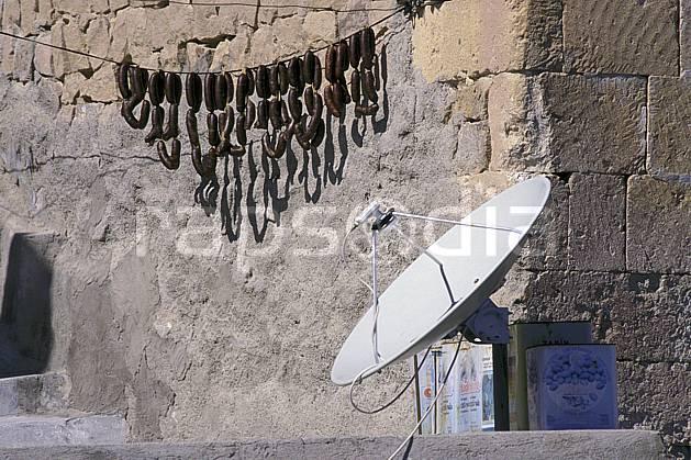 ee2653-36LE : Parabole et saucissons, Cappadoce.  Europe, saucisse, antenne, mur, C02 environnement, habitation, patrimoine (Turquie).