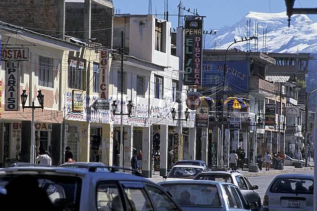 ee2701-16LE : Ville de Huaraz.  Amérique du sud, Amérique Latine, route, voiture, C02, C01 environnement, habitation, transport, voyage aventure (Pérou).