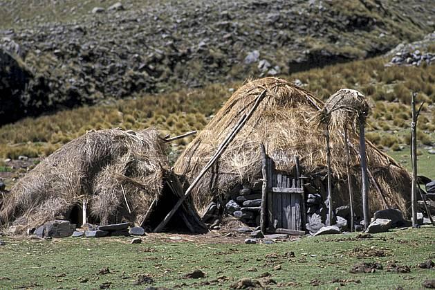 ee2704-17LE : Entre Olléros et Chavin, Hutte traditionnelle paysans montagnards.  Amérique du sud, Amérique Latine, herbe, C02, C01 environnement, habitation, voyage aventure (Pérou).