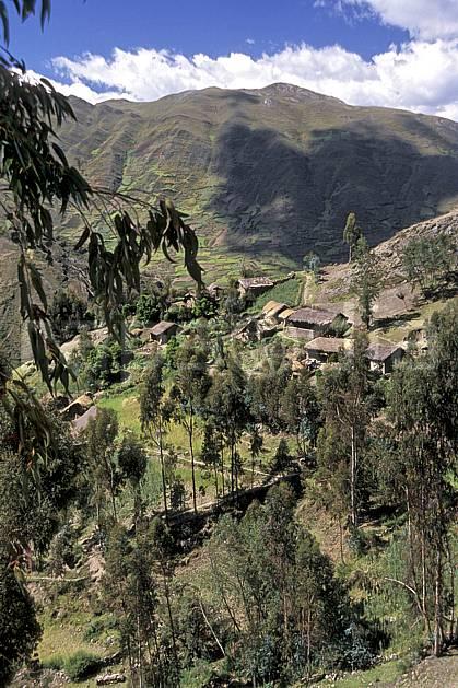 ee2711-03LE : Village au dessus de Chavin.  Amérique du sud, Amérique Latine, ciel nuageux, C02, C01 environnement, habitation, paysage, voyage aventure (Pérou).