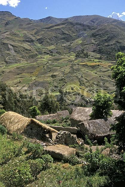 ee2711-05LE : Village au dessus de Chavin.  Amérique du sud, Amérique Latine, ciel bleu, C02, C01 environnement, habitation, paysage, voyage aventure (Pérou).
