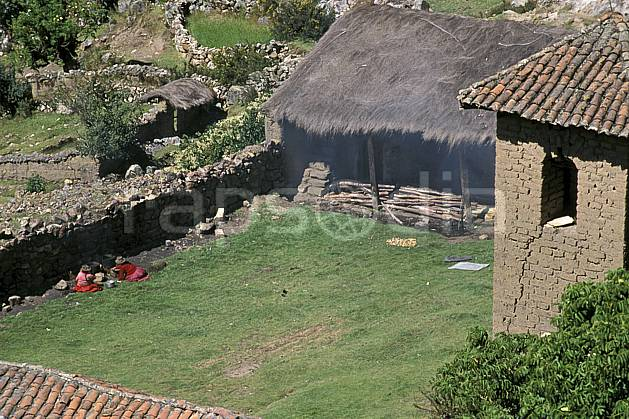 ee2711-12LE : Village au dessus de Chavin.  Amérique du sud, Amérique Latine, herbe, C02, C01 environnement, habitation, voyage aventure (Pérou).