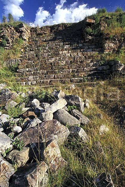 ee2712-24LE : Chavin, Ruines inca.  Amérique du sud, Amérique Latine, ciel nuageux, herbe, ruine, C02, C01 environnement, voyage aventure (Pérou).