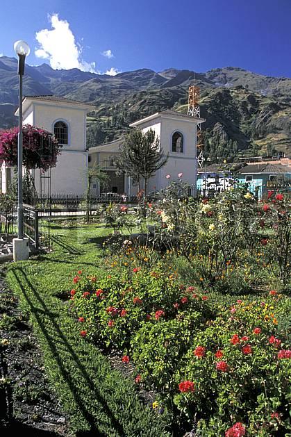 ee2713-17LE : Ville de Chavin.  Amérique du sud, Amérique Latine, ciel bleu, fleur, fleur rouge, C02, C01 environnement, habitation, paysage, voyage aventure (Pérou).