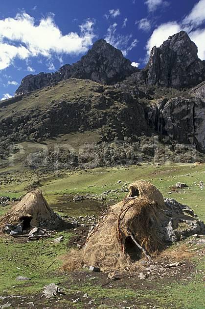 ee2720-22LE : Quebrada Carhuascancha, Huttes traditionnelles.  Amérique du sud, Amérique Latine, ciel nuageux, herbe, C02, C01 environnement, habitation, paysage, voyage aventure (Pérou).
