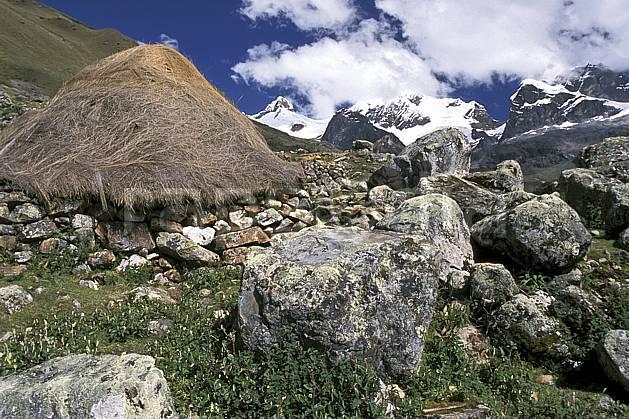 ee2720-25LE : Quebrada Carhuascancha, Hutte traditionnelle.  Amérique du sud, Amérique Latine, ciel nuageux, C02, C01 environnement, habitation, paysage, voyage aventure (Pérou).