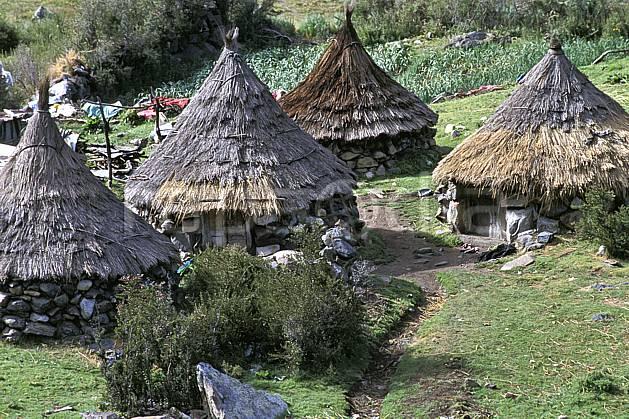 ee2724-16LE : Quebrada Quilcayhuanca, Hameau.  Amérique du sud, Amérique Latine, herbe, C02, C01 environnement, habitation, voyage aventure (Pérou).
