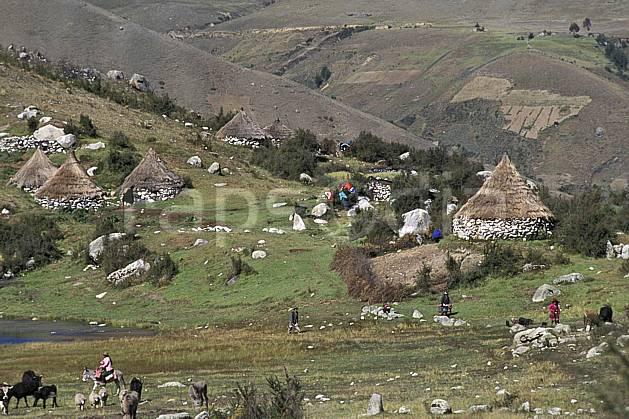 ee2724-17LE : Quebrada Quilcayhuanca, Hameau.  Amérique du sud, Amérique Latine, herbe, C02, C01 environnement, habitation, paysage, personnage, voyage aventure (Pérou).