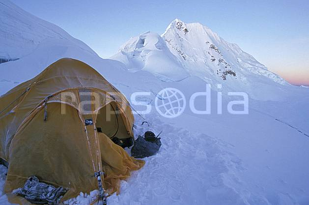 ee2729-17LE : Ascension de l'Alpamayo, Camp d'altitude 5300 m.  Amérique du sud, Amérique Latine, ciel bleu, tente, C02, C01 bivouac, environnement, voyage aventure (Pérou).