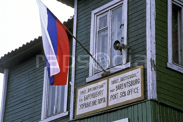 ee2786-27LE : Svalbard, Ile du Spitzberg, Ville minière russe de Barentzburg.  Europe, CEE, ciel voilé, drapeau, C02, C01 environnement, habitation, voyage aventure (Norvège).