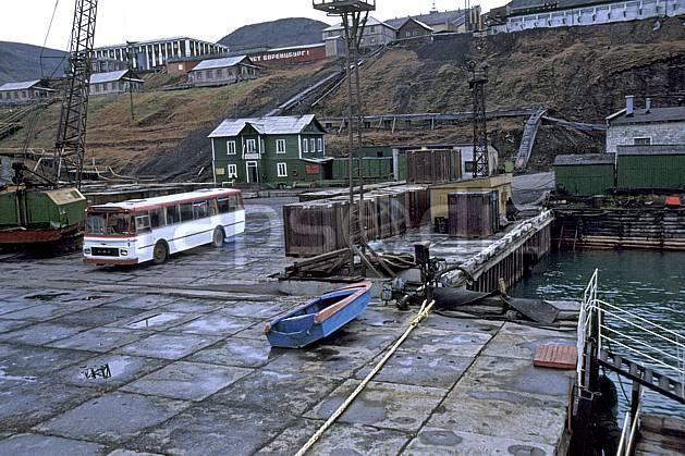ee2786-31LE : Svalbard, Ile du Spitzberg, Ville minière russe de Barentzburg.  Europe, CEE, bus, ciel voilé, C02, C01 environnement, habitation, transport, voyage aventure (Norvège).