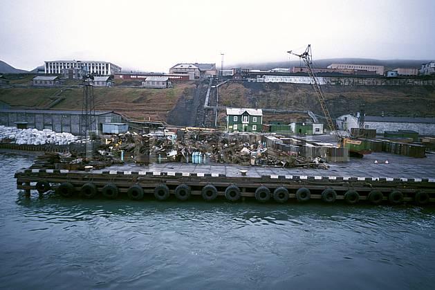ee2789-09LE : Svalbard, Ile du Spitzberg, Ville minière russe de Barentzburg.  Europe, CEE, littoral, ciel voilé, C02, C01 environnement, habitation, voyage aventure, mer (Norvège).