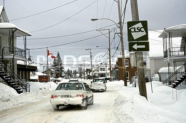 ee3106-05LE : Route enneigée.  Amérique du nord, Amérique, ville, voiture, rue, enneigé, C02, C01 environnement, habitation, transport, voyage aventure (Canada Québec).