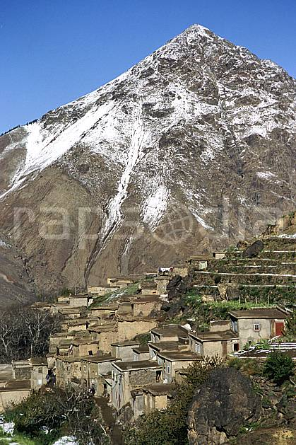 ee3152-25LE : Trek Maroc.  Afrique, Afrique du nord, village, ville, C02, C01 environnement, habitation, moyenne montagne, paysage, voyage aventure (Maroc).