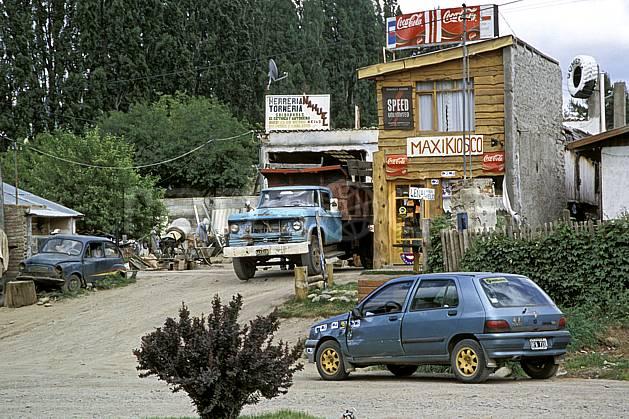 ee3187-10LE : Patagonie.  Amérique du sud, Amérique Latine, Amérique, village, rue, camion, voiture, magasin, C02, C01 environnement, habitation, transport, voyage aventure (Argentine).