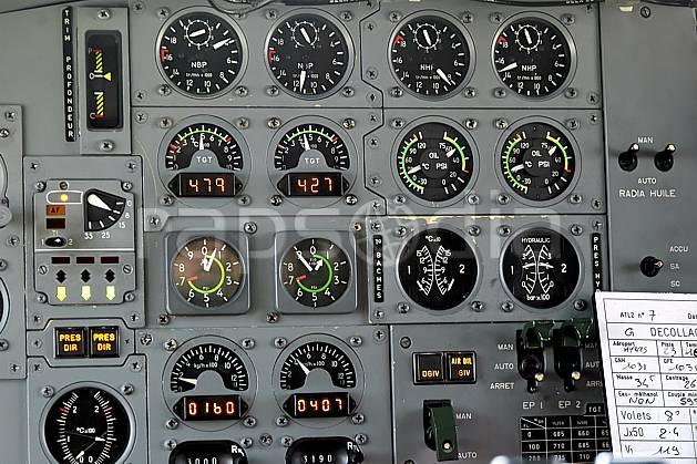 ef051126LE : A bord d'un Atlantique II.  Europe, CEE, avion, vue aérienne, cockpit, instrument de navigation, cadran, altimètre, C02, C01 matériel, transport, voyage aventure (France).