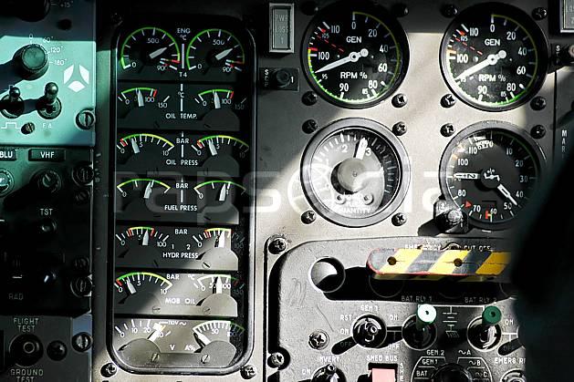 ef051976LE : A bord d'un hélicoptère Dauphin.  Europe, CEE, hélicoptère, vue aérienne, cockpit, instrument de navigation, cadran, altimètre, C02, C01 matériel, transport, voyage aventure (France).