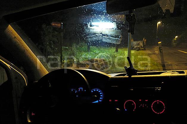ef055545LE : Dans une voiture, Champex.  Europe, nuit, tableau de bord, C02, C01 environnement, transport, voyage aventure (Suisse).