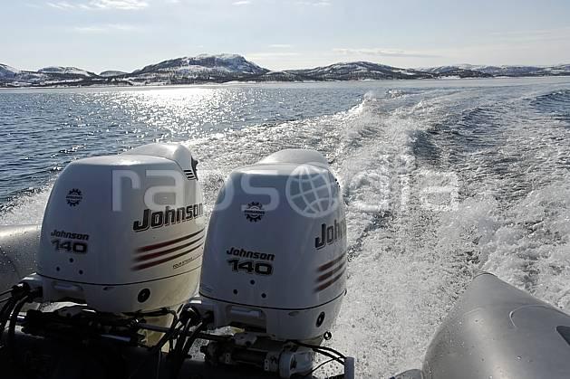 ef061893LE : Moteurs hors-bord, Fjord près de Kirkenes, mer de Barents.  Europe, CEE, bateau, C02, C01 environnement, lac, matériel, mer, paysage, rivière, transport, voyage aventure (Norvège).