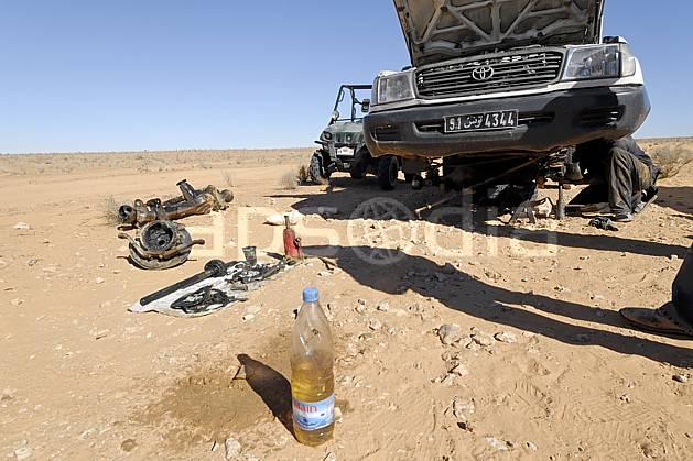 ef063756LE : Désert du Sud Tunisien, au sud de Douz, 4x4 en panne sur une piste.  Afrique, Afrique du nord, dune, piste, route, réparation, panne de moteur, bouteille, C02, C01 désert, environnement, gros plan, matériel, personnage, transport, voyage aventure (Tunisie).