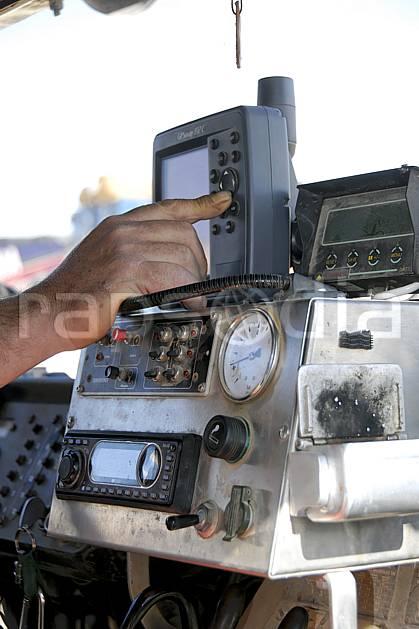 ef063766LE : GPS dans un vieux camion tout terrain.  Afrique, Afrique du nord, instrument de navigation, C02, C01 désert, environnement, matériel, transport, voyage aventure (Tunisie).