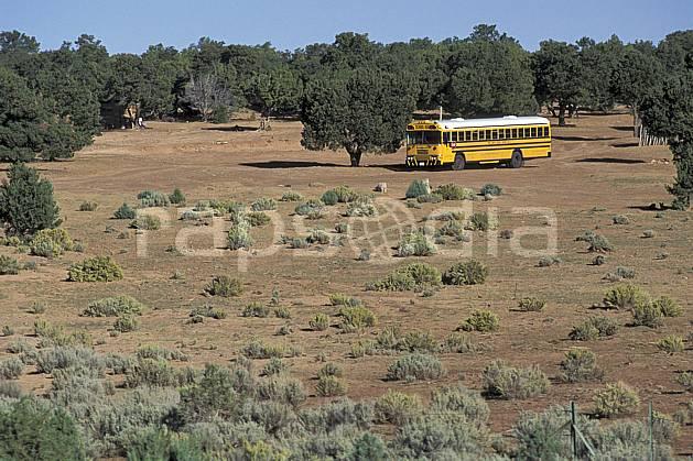ef0657-08LE : School bus.  Amérique du nord, buisson, bus, ciel bleu, C02, C01 désert, transport, voyage aventure (Usa).