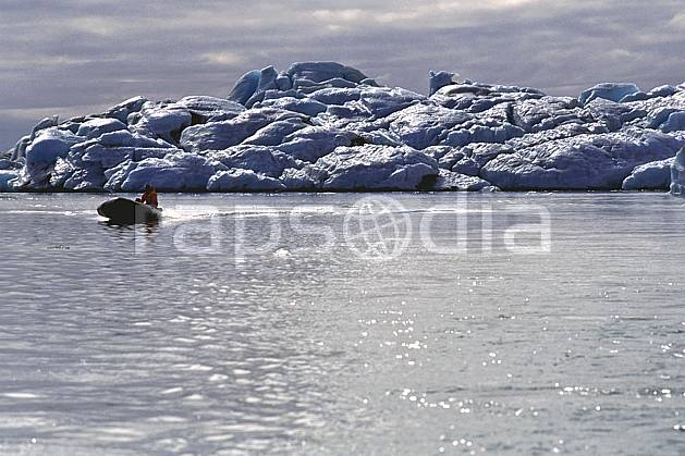 ef1033-03LE : Bateau, Jokulsarlon.  ONU, OTAN, banquise, bateau, littoral, ciel nuageux, iceberg, zodiac, C02, C01 paysage, transport, voyage aventure, mer (Islande).