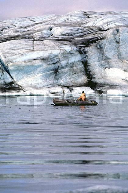 ef1033-07LE : Bateau, Jokulsarlon.  ONU, OTAN, bateau, littoral, ciel voilé, iceberg, zodiac, C02, C01 personnage, transport, voyage aventure, mer (Islande).