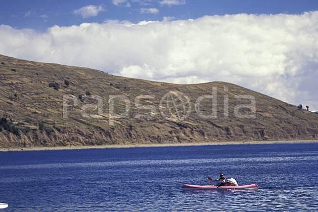 ef1207-26LE : Barque, Lac Titicaca.  Amérique du sud, Amérique Latine, Amérique, bateau, littoral, ciel nuageux, C02, C01 lac, paysage, personnage, transport, voyage aventure, mer (Bolivie).
