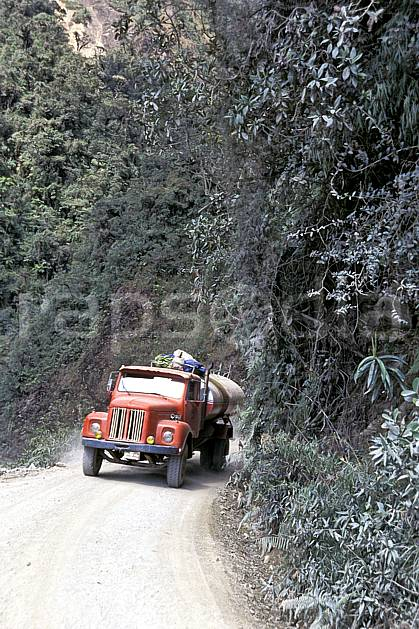 ef1214-06LE : La Route de la Mort vers Coroïco.  Amérique du sud, Amérique Latine, Amérique, camion, piste, C02, C01 personnage, transport, voyage aventure (Bolivie).