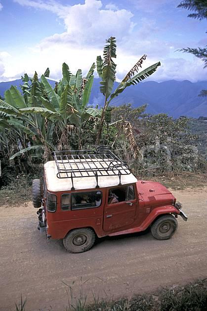 ef1215-03LE : 4x4, Coroïco.  Amérique du sud, Amérique Latine, Amérique, ciel nuageux, piste, voiture, C02, C01 transport, voyage aventure (Bolivie).