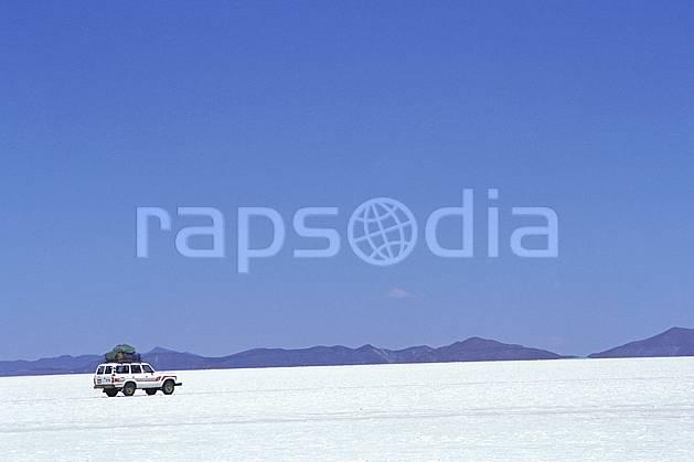 ef1217-16LE : 4x4 dans le désert de sel, Sud Lipez. 4x4 Amérique du sud, Amérique Latine, Amérique, sport, loisir, action, sport mécanique, voiture, ciel bleu, désert de sel, voiture, C02, C01 désert, paysage, transport, voyage aventure (Bolivie).