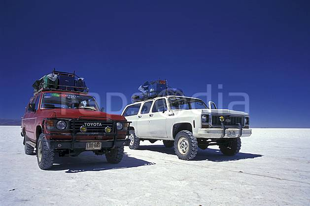 ef1217-36LE : 4x4 dans le désert de sel, Sud Lipez. 4x4 Amérique du sud, Amérique Latine, Amérique, sport, loisir, action, sport mécanique, voiture, ciel bleu, désert de sel, voiture, C02, C01 désert, transport, voyage aventure (Bolivie).