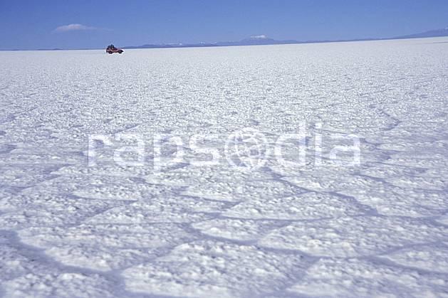 ef1220-02LE : 4x4 dans le désert de sel, Sud Lipez. 4x4 Amérique du sud, Amérique Latine, Amérique, sport, loisir, action, sport mécanique, voiture, ciel bleu, désert de sel, évasion, solitude, voiture, C02, C01 désert, paysage, transport, voyage aventure (Bolivie).