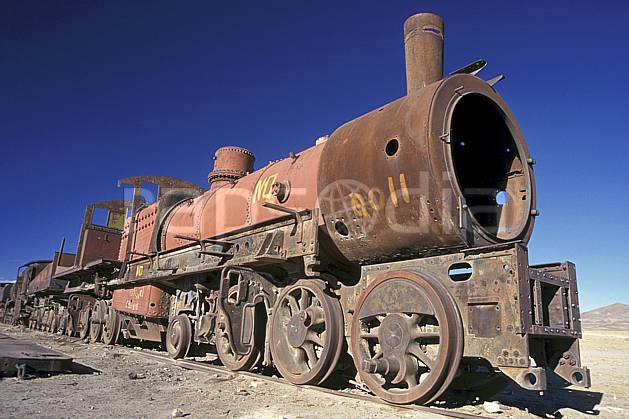 ef1227-28LE : Cimetière de locomotives, Uyuni, Sud Lipez.  Amérique du sud, Amérique Latine, Amérique, ciel bleu, train, C02, C01 patrimoine, transport, voyage aventure (Bolivie).