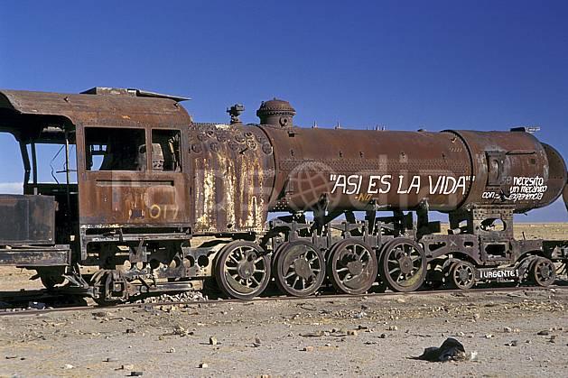 ef1227-37LE : Cimetière de locomotives, Uyuni, Sud Lipez.  Amérique du sud, Amérique Latine, Amérique, ciel bleu, train, C02, C01 patrimoine, transport, voyage aventure (Bolivie).